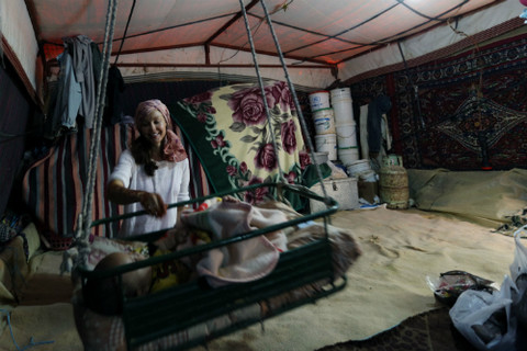آشلي تقضي وقتها مع عائلة سورية تعيش في خيمة في دير علا بوادي الأردن. الأم هي نزيلة لدى عيادة الصحة الإنجابية التى يدعمها صندوق الأمم المتحدة للسكان بالأردن. © صندوق الأمم المتحدة للسكان/الأردن/محمد أبو غوش.