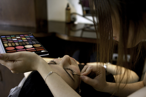 Hiba applies makeup on a client at the Jordanian Women's Union salon. Photo by UNFPA Jordan/ Elspeth Dehnert