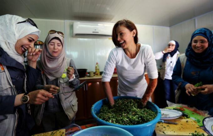 آشلي تساعد في عمل التبولة أثناء زيارتها لمخيم الزعتري للاجئين في الأردن